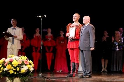 Вице-спикер регионального парламента Юрий Матвеев края поздравил с 90-летием Хабаровский краевой музыкальный театр